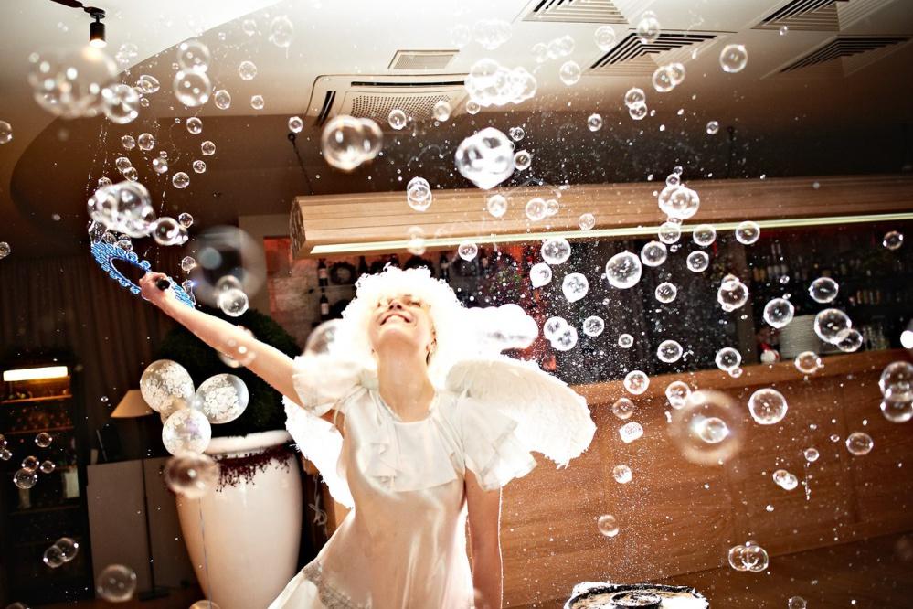 Посмотрите скорей сколько мыльных пузырей